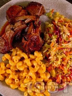 Мариновани агнешки ребра / котлети на грил тиган с гарнитура от паста и зелева салата - снимка на рецептата